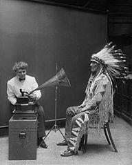 Frances Densmore graba la voz de un jefe de los pies negros en el Instituto Smithsoniano (1916).