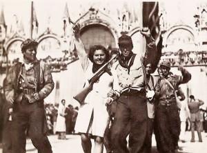Partigiani garibaldini in piazza San Marco a Venezia nell'aprile 1945 (PD Wikimedia Commns)